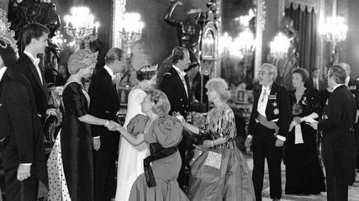 En esta imagen tan actual, la duquesa de Alba ejecuta una perfecta genuflexión ante la reina de Inglaterra.